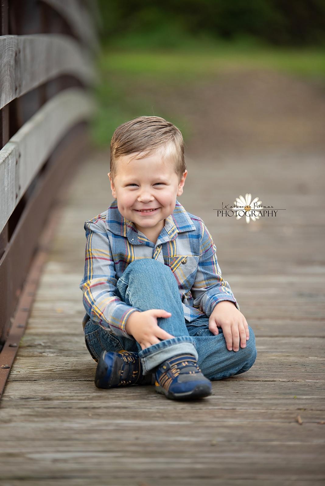Kid fall photo session on bridge in Rockford